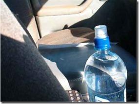 احذر. تشرب زجاجة الماء المتروكة
